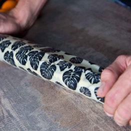 Beewrap XXL motif feuille et sa baguette emballée
