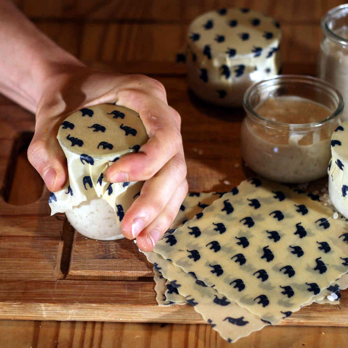 Couvrir un pot de yaourt avec un beewrap - étape 2 : couvrir le bord