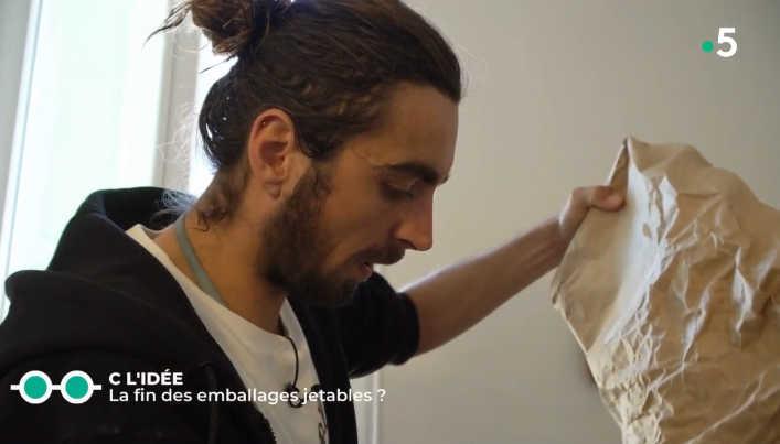 Guillaume dans son atelier de fabrication de bee wraps