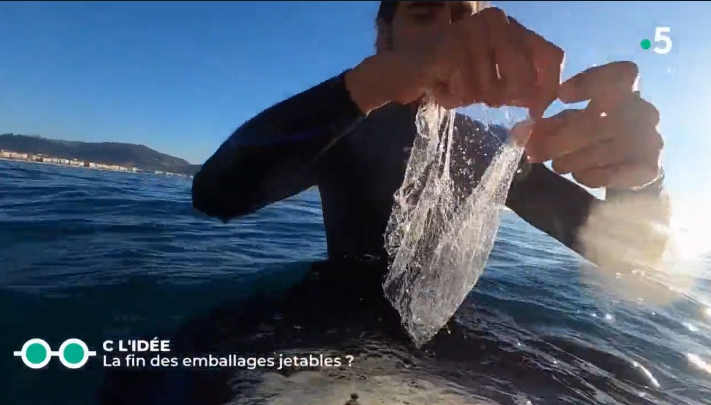 Guillaume ramasse du plastique en mer